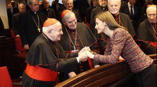 Una Letizia muy recatada y 'entregada' visita la Conferencia Episcopal Española