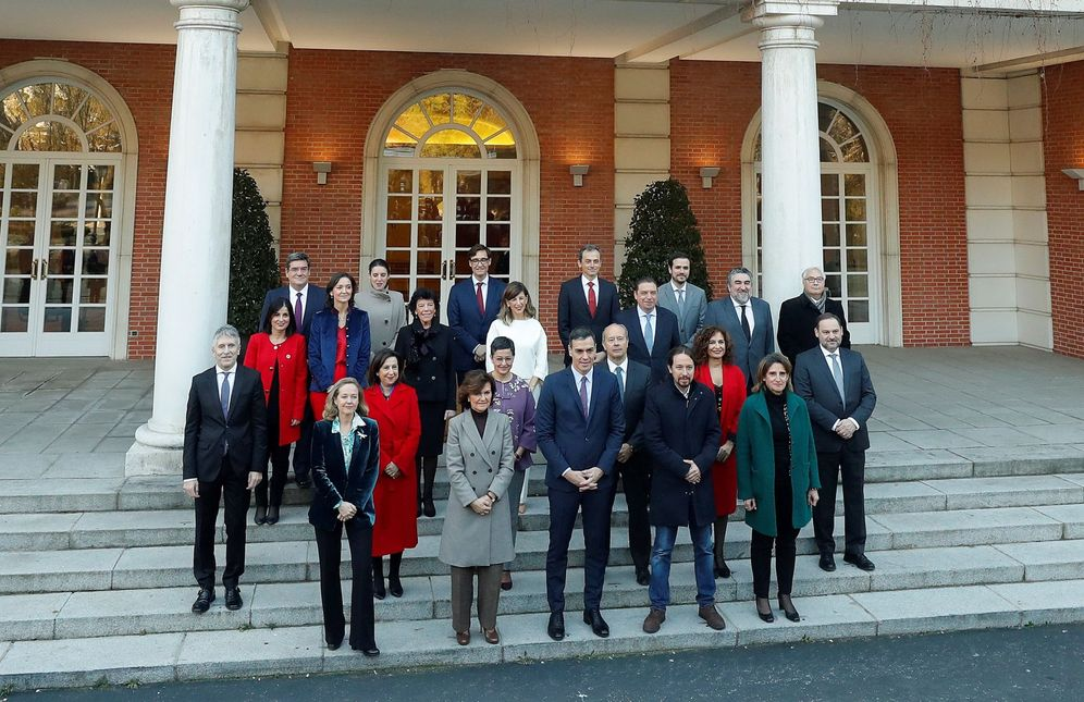Foto: Foto de familia de Pedro Sánchez con sus 22 ministros, el pasado 14 de enero en la Moncloa. (EFE)