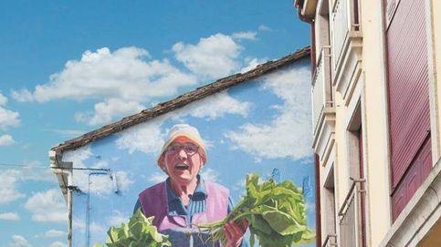 El artista que convierte a las abuelas gallegas en superheroínas de 15 metros