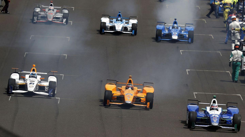Fernando Alonso (29) en la salida de las 500 Millas de 2017. (EFE)