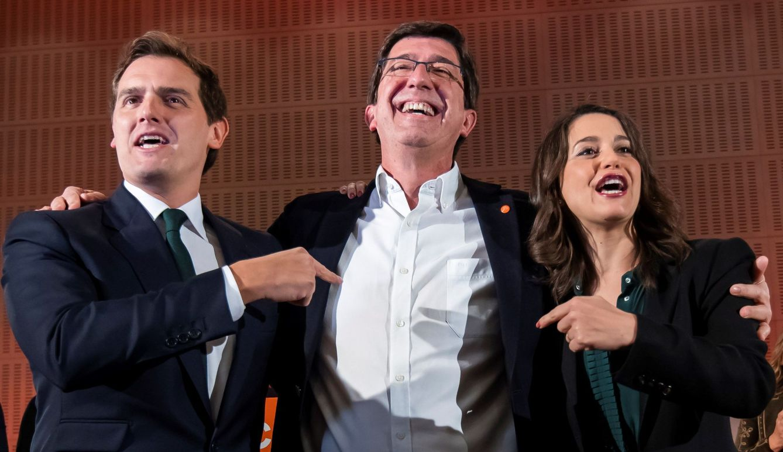 El candidato a la Junta de Andalucía por Ciudadanos, Juan Marín (C), el presidente de Ciudadanos, Albert Rivera, (i), y la líder en Cataluña, Inés Arrimadas. (EFE)
