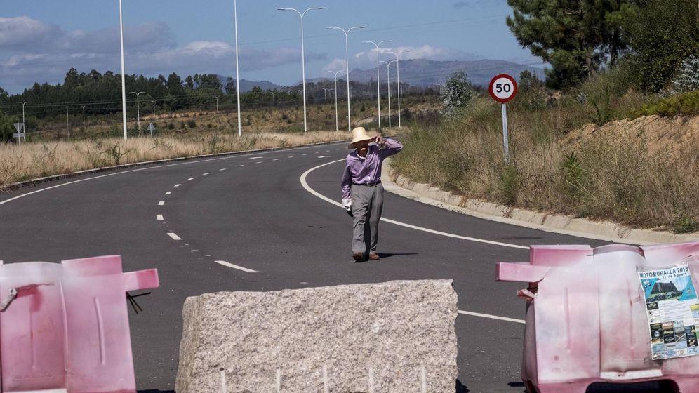 Foto: Uno de los antiguos propietarios de los terrenos pasea por la autovía que atraviesa la Plisan. (Fotos: Anxo Iglesias)