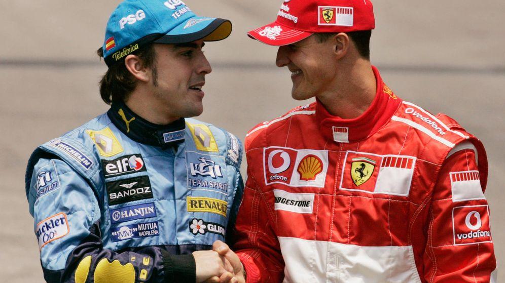 Foto: Fernando Alonso y Michael Schumacher se saludan en octubre de 2006 antes del GP de Brazil de F1. (Reuters)
