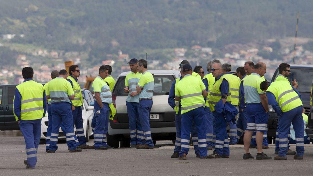Foto: Estibadores del Puerto de Vigo durante la jornada de huelga del 5 de junio (EFE)