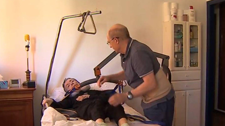 Ángel, cuidando a su mujer. (RTVE)