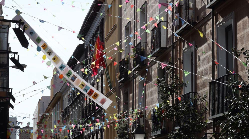 Foto: Las calles del barrio de Malasaña decoradas. (EFE)