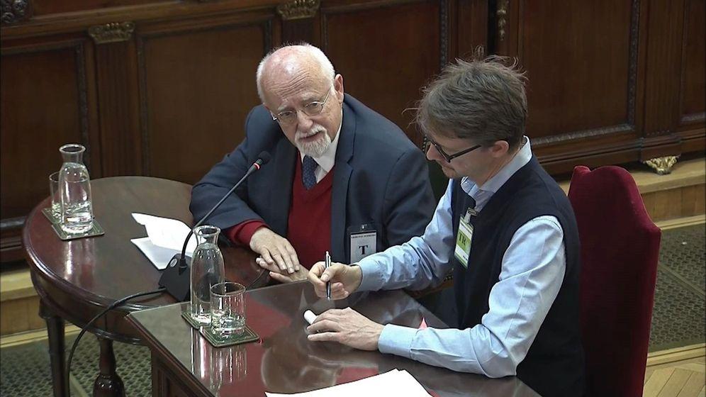 Foto: Von Grünberg, con su traductor, en el Supremo. (EFE)