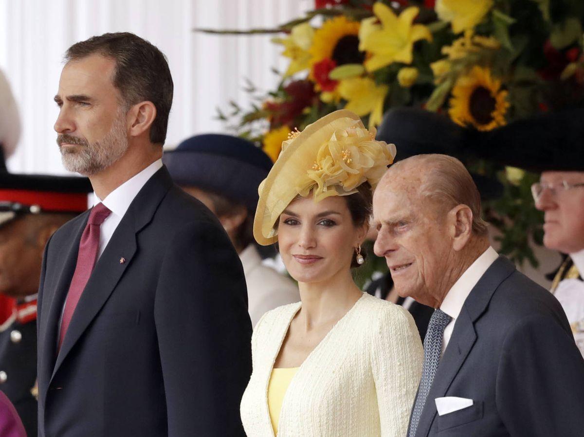 Foto: Los reyes Felipe y Letizia, con el duque de Edimburgo, en 2017. (Getty)