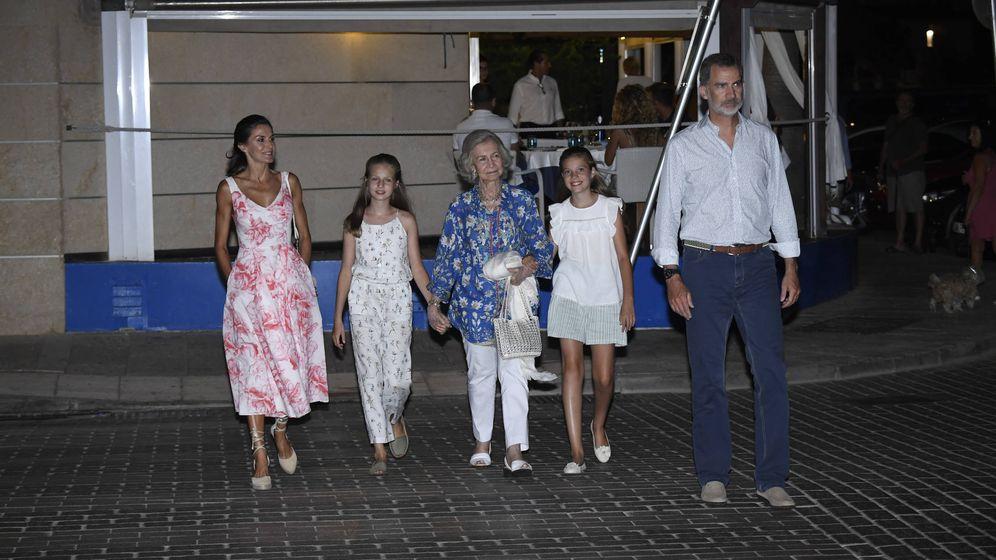 Foto: Los reyes y sus hijas con Doña Sofía saliendo del restaurante. (Limited Pictures)