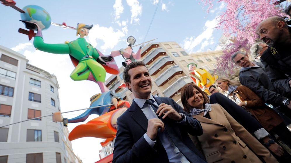 Foto: Pablo Casado, con Isabel Bonig, en una visita a las Fallas de Valencia este pasado martes. (EFE)