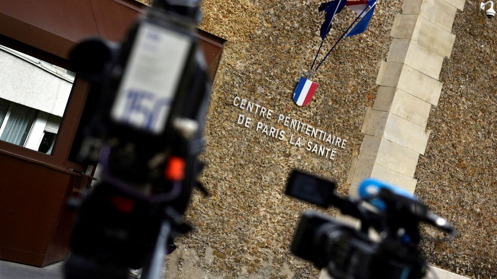 Foto: Medios de comunicación se reúnen fuera de la prisión de La Santé. (EFE)