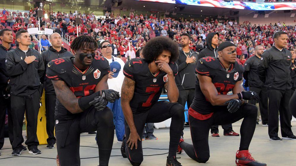 Foto: Kaepernick, junto a sus compañeros Eli Harold y Eric Reid, en una de sus protestas (Kirby Lee-USA TODAY Sports)