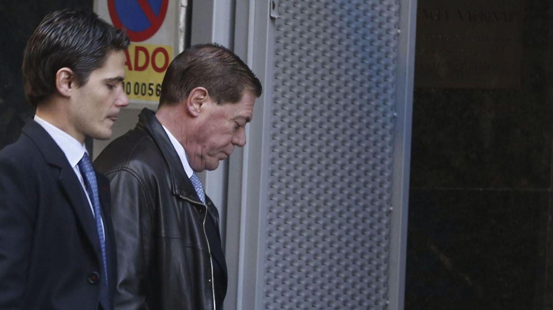 Domingo Parra (d), en una de sus visitas a la Audiencia Nacional para declarar ante el juez Santiago Pedraz. (EFE)