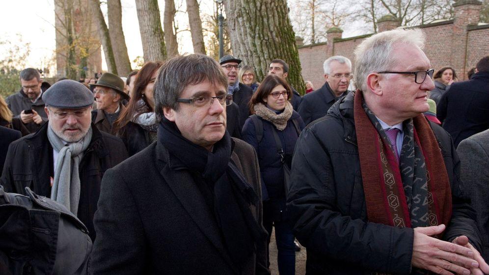 Foto: El expresidente del Gobierno regional de Cataluña Carles Puigdemont (d), y candidatos de la lista Junts per Catalunya recorren el centro histórico de Brujas. (EFE)