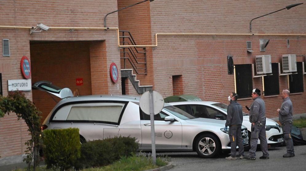 Foto: Un coche fúnebre, a las puertas del hospital Príncipe de Asturias de Alcalá de Henares, uno de los principales focos de coronavirus en Madrid. (EFE)