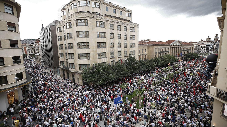 Unas 25.000 personas se manifiestan contra la política lingüística del Gobierno navarro