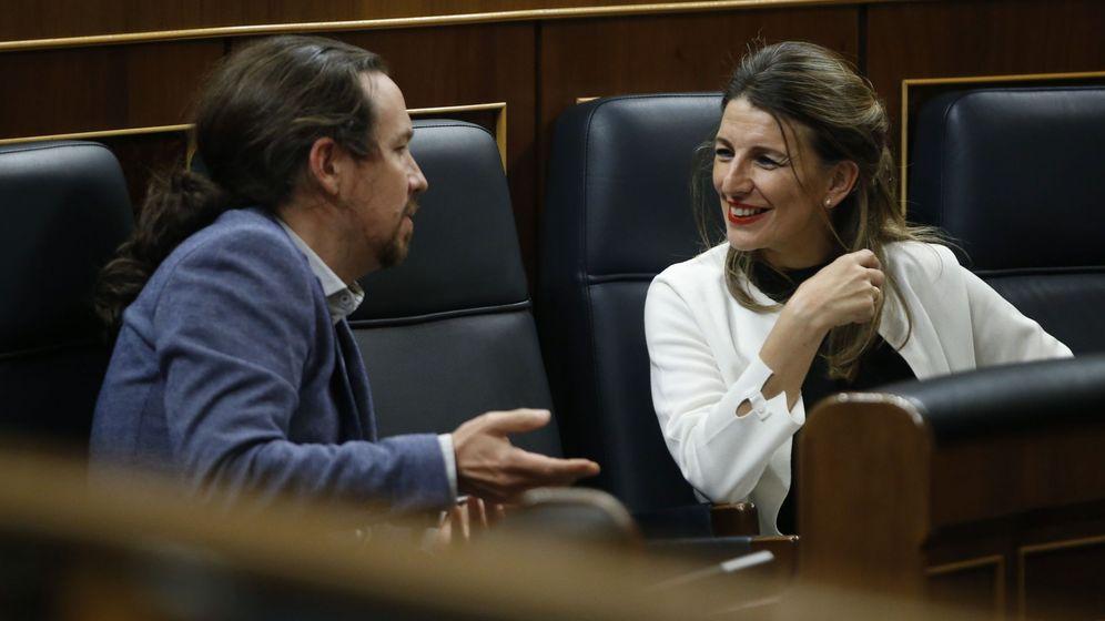 Foto: La ministra de Trabajo, Yolanda Díaz (i), habla con el vicepresidente de Derechos Sociales y para la Agenda 2030, Pablo Iglesias. (EFE)