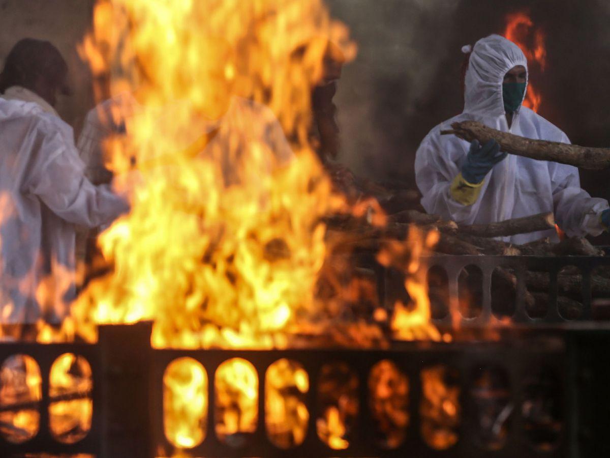 Foto: Cremación de víctimas del coronavirus en Mombai (India). (EFE)