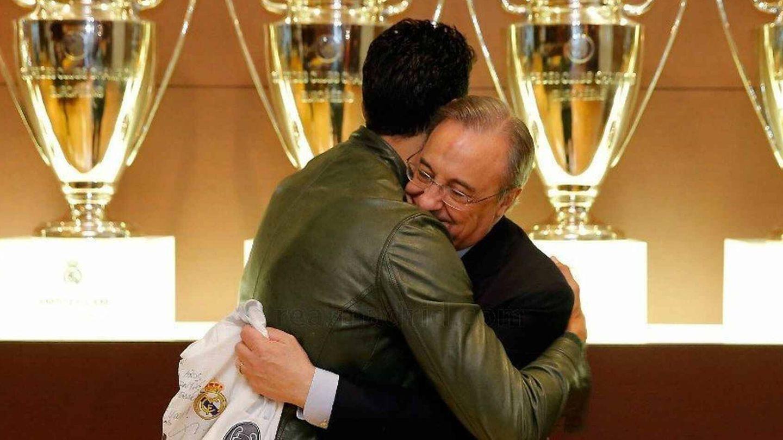 Florentino Pérez abraza a Arbeloa tras su último partido