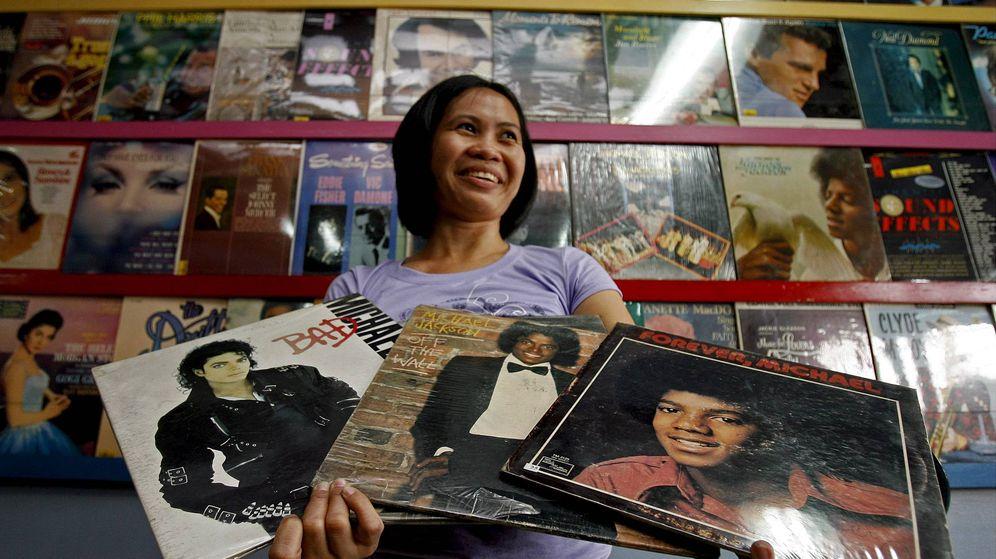 Foto: Una fan de Michael Jackson enseña su colección de vinilos