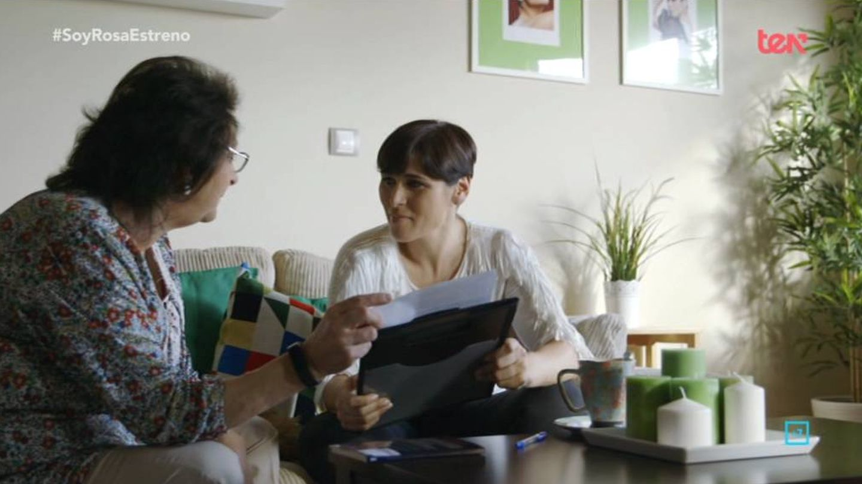 Rosa López junto a su madre en 'Soy Rosa'. (Grupo Secuoya)