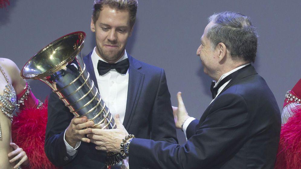 Foto: Vettel, recogiendo un premio de campeón del mundo en manos de Jean Todt, presidente de la FIA. (EFE)