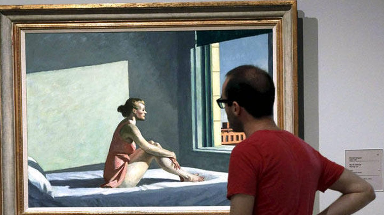 Un joven contempla «Sol de mañana» en el Museo Thyssen. (EFE)