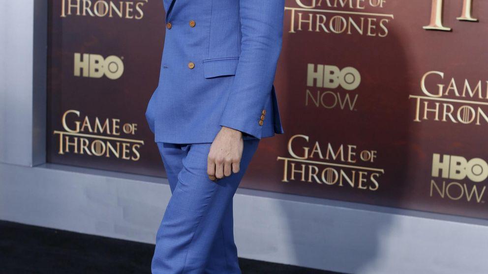 El traje masculino coge color