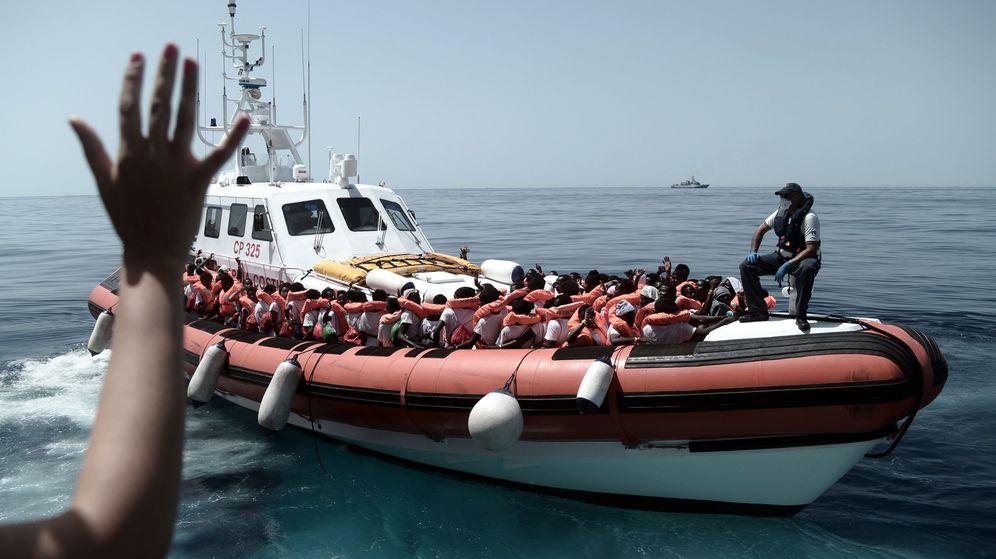Foto: Imágenes de inmigrantes del Aquarius trasladados a otra embarcación el pasado día 12. (EFE)