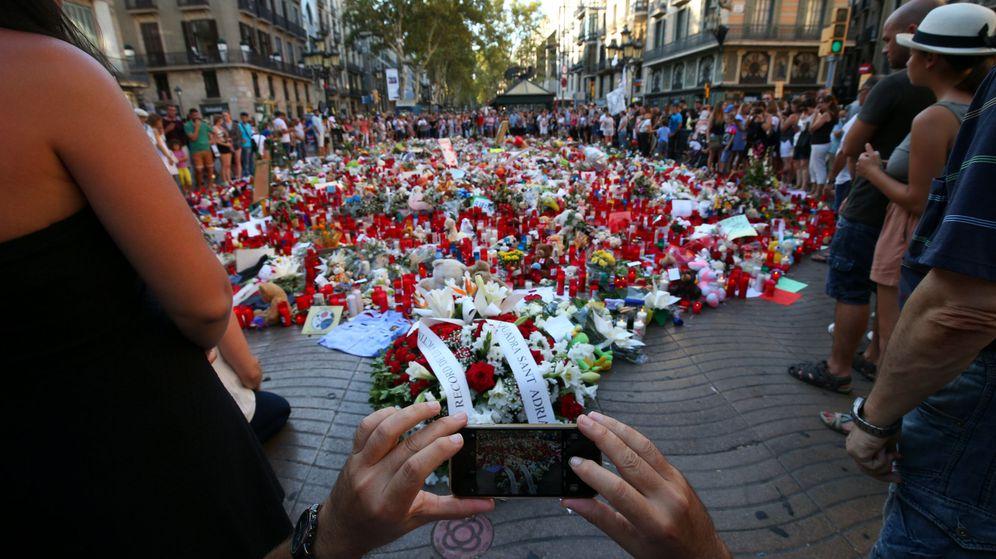 Foto: Improvisado memorial a las víctimas en las Ramblas. (EFE)