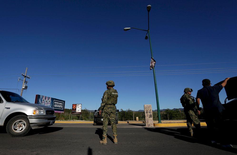 Foto: Soldados mexicano en un 'checkpoint' en la ciudad natal del Chapo Guzmán, en el estado de Sinaloa (Reuters).