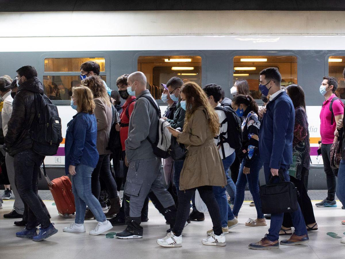 Foto: Aglomeraciones en los andenes de Renfe de la estación de Barcelona (EFE)