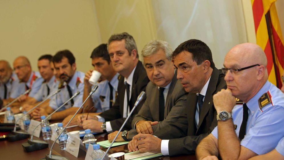 Foto: Joaquim Forn (4d), el secretario general de la conselleria de Interior, César Puig (3d) y el director de los Mossos d'Esquadra, Pere Soler (2d), junto a mandos de los Mossos d´Esquadra (EFE)