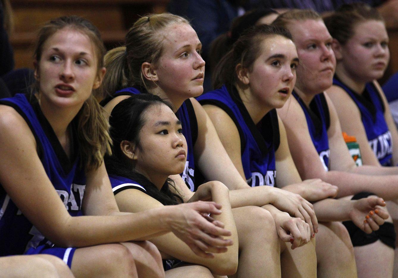 Foto: Joy Cheng, una estudiante extranjera, se sienta en el banquillo con otras colegas de su equipo de la escuela Grant-Deuel durante un partido en Waverly, Dakota del Sur (Reuters).