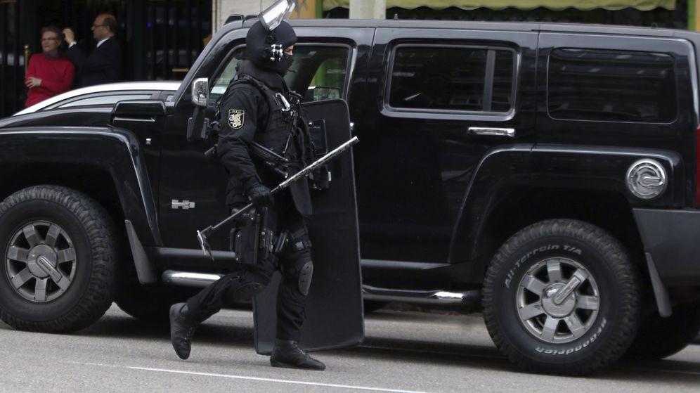 Foto: Agentes del Grupo Especial de Operaciones (GEO), en el exterior de un edificio de la avenida del Mediterráneo, en Madrid. (EFE)