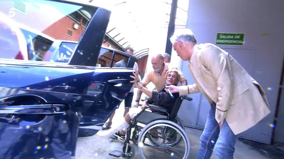 Foto: Chelo García Cortés, segundos antes de ser trasladada al hospital. (Mediaset)
