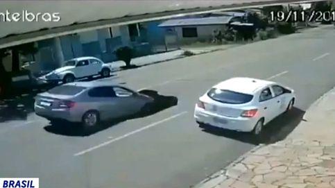 Un socavón se traga completamente un coche como si fueran dibujos animados