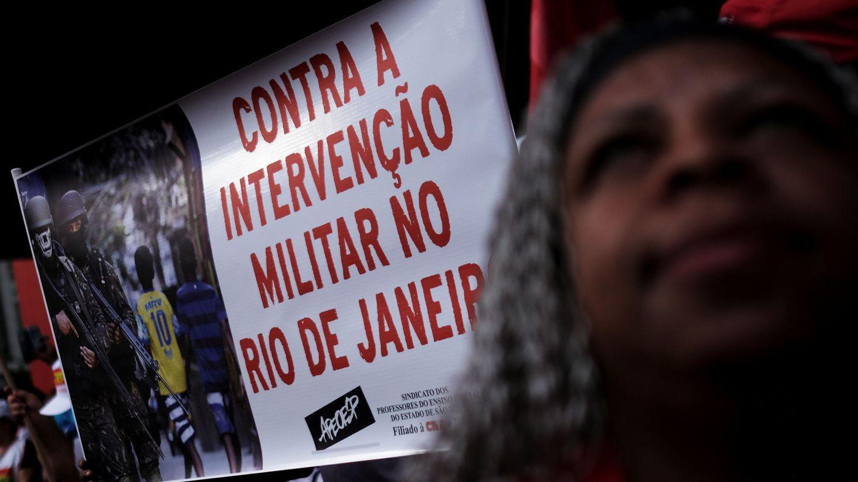 Un manifestante enarbola un cartel contra la intervención militar durante una protesta contra Temer en Sao Paulo, el 19 de febrero de 2018. (Reuters)