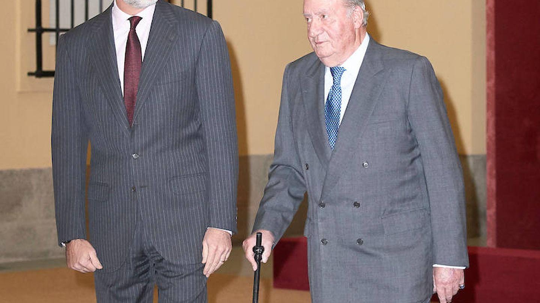 El rey Felipe VI y su padre, el rey Juan Carlos, en una imagen de archivo. (Limited Pictures)