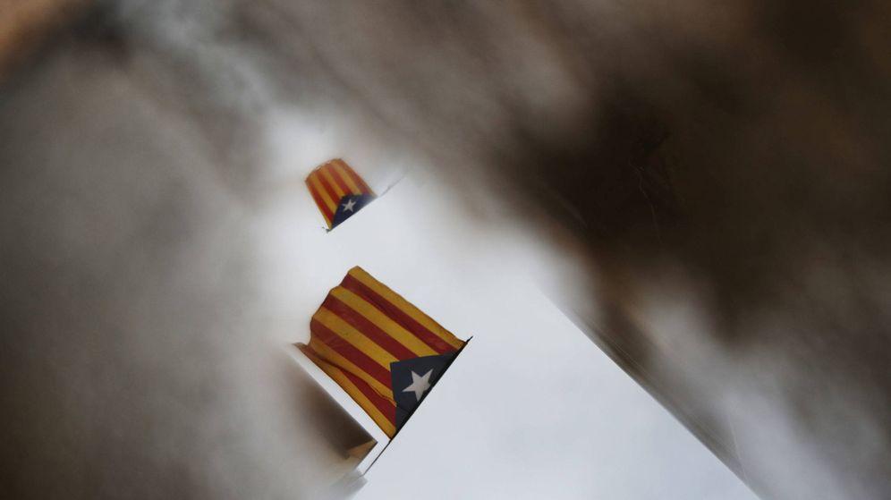 Foto: Esteladas reflejadas en un charco de agua días después del referéndum de independencia en Cataluña. (Reuters)
