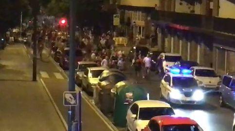 Así huyeron a la carrera 'ertzainas' y policías de una horda de jóvenes en las fiestas de Getxo