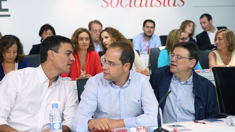 Foto: Pedro Sánchez charla con César Luena y Ximo Puig al comienzo del Comité Federal del PSOE de este 5 de septiembre. (EFE)