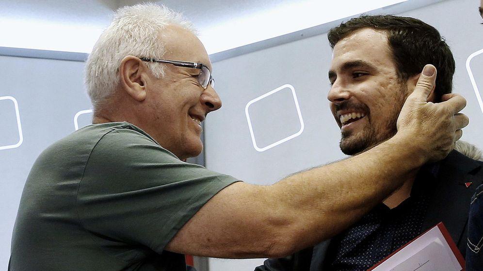 Foto: Cayo Lara saluda a Alberto Garzón durante la reunión del Consejo Político Federal de IU, este 3 de octubre. (EFE)
