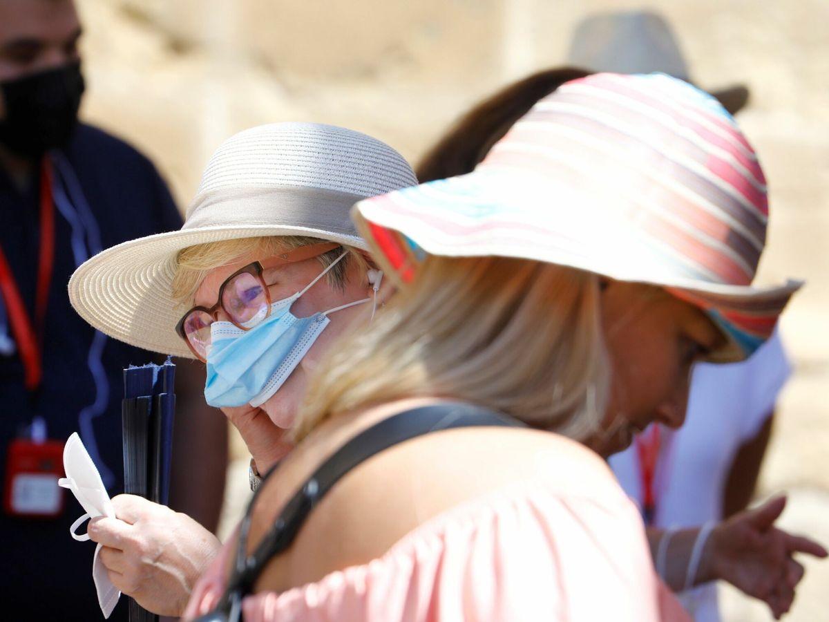 Foto: Dos personas con y sin mascarilla pasean por la Mezquita de Córdoba. (EFE)