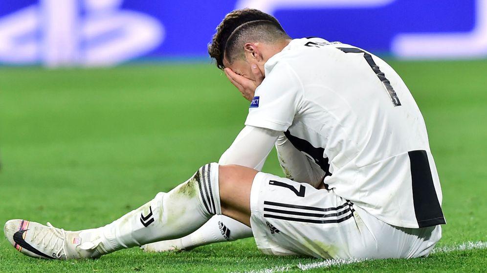 Foto: Cristiano Ronaldo, sentado en el césped con las manos en la cara durante el partido contra el Ajax. (EFE)