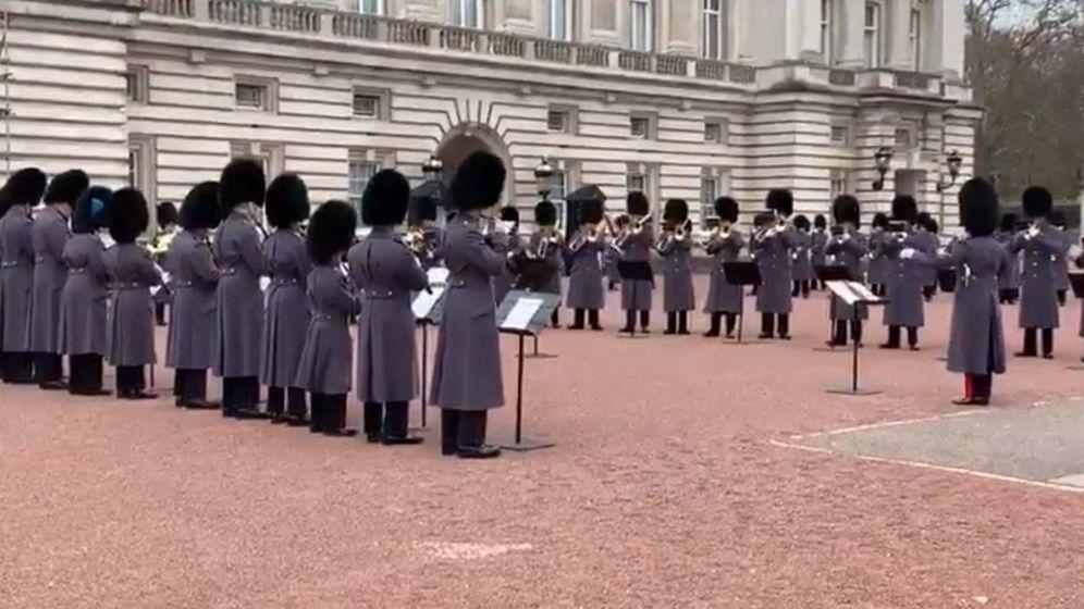 Foto: La guardia real británica tocando 'Bohemian Rhapsody' de Queen tras la gala de los Globos de Oro