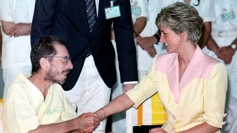 Diana de Gales, saludando a otro enfermo. (Reuters)