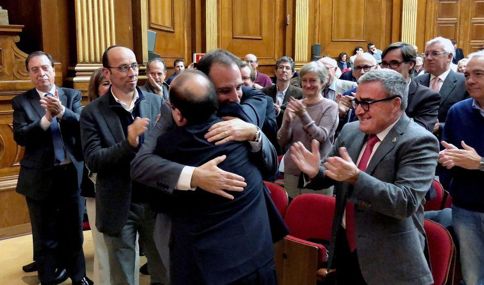 Foto: Miquel Iceta se abraza con el número tres de su lista, Ramon Espadaler, ante Àngel Ros y Oriol Molins, este 9 de noviembre. (EFE)