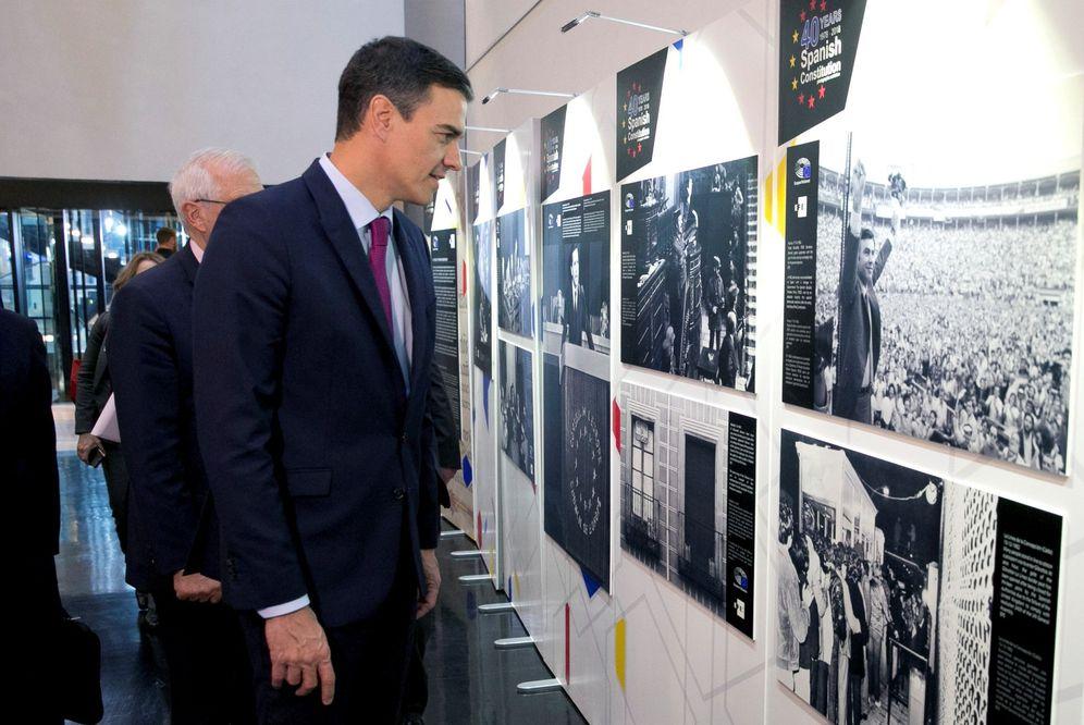 Foto: Pedro Sánchez visita la exposición de los 40 años de la Constitución en el Parlamento Europeo, este 16 de enero en Estrasburgo. (EFE)