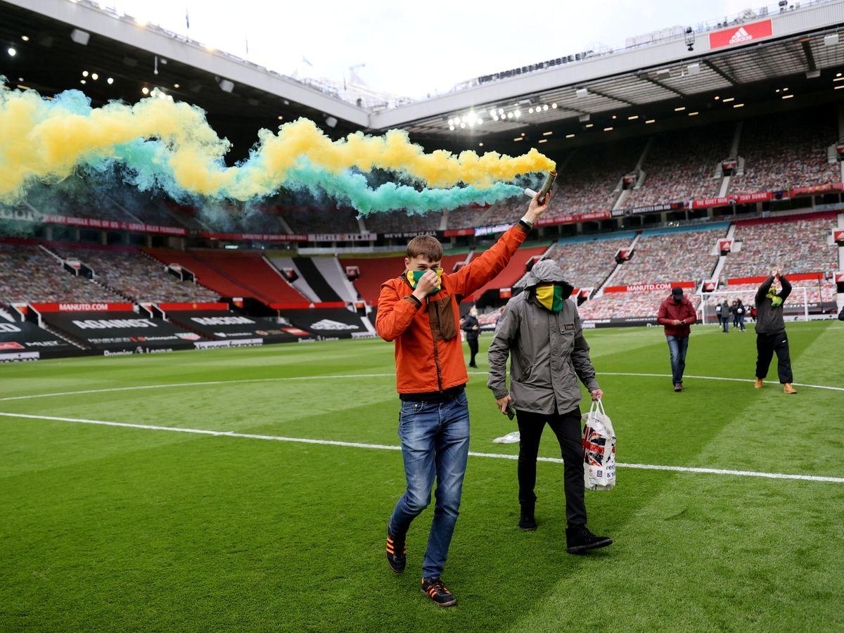 Foto: Hinchas del Manchester United, en la invasión del Old Trafford. (Reuters)